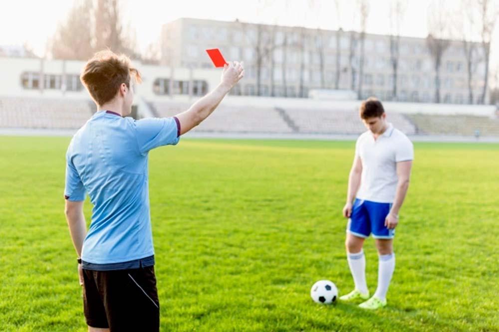 ¿Cuándo aparecieron las tarjetas en el fútbol?